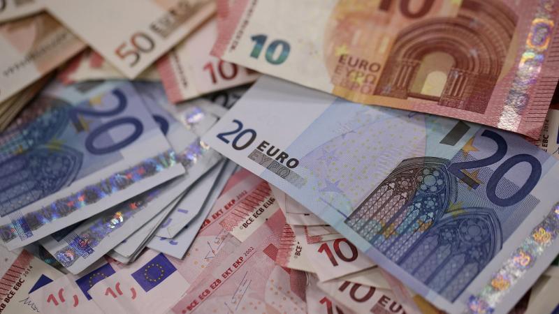 nabídka půjčky peněz mezi konkrétním a vážným. (1/1)